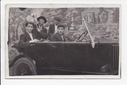 CARTE PHOTO Groupe De Personnes Dans Une Voiture Avec Un Homme Deguisé En Clown - Cartes Postales