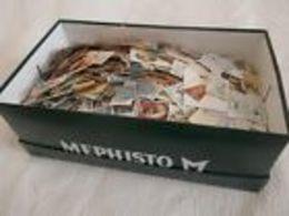 Vrac De Timbres Dans Une Boïte à Chaussures 1350 Grammes - Stamps