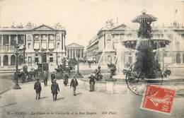 CPA 75 Paris La Place De La Concorde Et La Rue Royale Fontaine Calèche Cheval Costumes - Markten, Pleinen