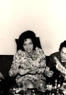 Photo Volée Originale Sous Les Jupes Des Filles, Photographe Coquin, Petite Culotte à L'Apéro Vers 1970 - Axe à Niveau - Pin-up