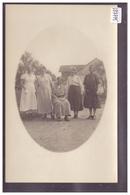 GROUPE DE FEMMES DEVANT UNE FERME - TB - VD Vaud