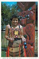 1 AK New Zealand * Maori Girl And Exquisite Example Of Maori Woodcarving * - Neuseeland