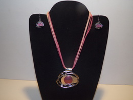 Parure Collier Et Boucles D'oreilles Métal Monté Sur Lacets Roses - Necklaces/Chains