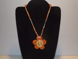 Collier Monté Sur Lacets Oranges, Pendentif En Forme De Fleurs En émaux Oranges Et Jaunes - Necklaces/Chains