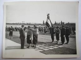 Régime De Vichy - Guerre 1939-45 - 2 Photographies Maréchal Pétain - Amiral Darlan - Défilé Miliciens - Remise Médailles - War, Military