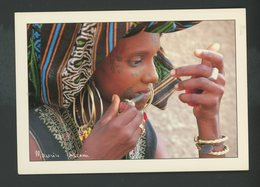 CPM - REP DU NIGER - FEMME PEULH SE MAQUILLANT - - Niger