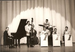 PHOTO GROUPE MUSICAL 111 - JAZZ - CONTRE BASSE BATTERIE PIANO A QUEUE TROMPETTE GUITARE - Other