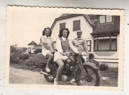 Jeunes Femmes Sur Mobylette - Photo Format 6 X 9 Cm - Cycling