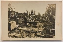 Carte Photo D'un Cimetière En Ruine. Croix. - Cartes Postales