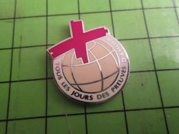 516a Pins Pin's / Rare Et De Belle Qualité  THEME : MEDICAL / CROIX ROUGE TOUS LES JOURS DES PREUVES D'AMOUR Par SOFREC - Medical