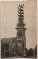 Carte Photo D'un Chantier. Quatre Hommes Saluent Le Photographe Du Haut De L'église. À Situer. Automobile. Échelle. - Cartes Postales