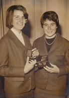 PHOTO ORIGINALE (  13x18)  SKI) Medailles  D Or Pour  Marielle Et Christine GOITSCHEL - Sport