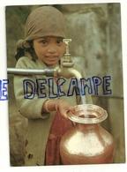 Enfant Qui Puise De L'eau à La Fontaine De Toglu Près De Darjeeling (Indien). Leica Foto Dölf Reist VD 132 - India