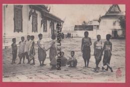 CAMBODGE--PHOM-PENH---Domesticité Du Palais---Groupe De Femmes - Cambodge
