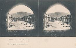 CHINE - UNE RUE DE TCHI KIANG FOU (les Voyages De Gervais Courtellemont) - Cartes Stéréoscopiques
