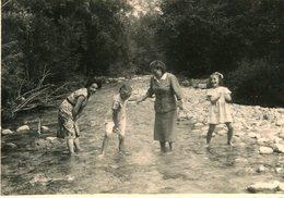 PHoto D'amusement Pieds Dans L'eau De La Rivière à Roccaforte Mondovi Italie En Septembre 1955 - Luoghi