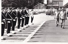 JOLIE  PHOTO DE PASSAGE DE REVUE / VOITURE IMMAT 75 - Guerre, Militaire