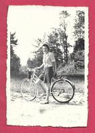 Ancienne PHOTO 6 X 8,5 Cm...FEMME En SHORT Avec Son VELO, BICYCLETTE Et APPAREIL PHOTO, PIN UP - Pin-up