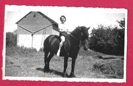 Ancienne PHOTO 11 X 6,5 Cm...FEMME En SHORT à Califourchon Sur Un CHEVAL, PIN UP - Pin-up