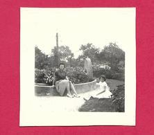 Ancienne PHOTO 7 X 7 Cm En 1959..FEMME En JUPE Assise Sur Un PRESSOIR à POMMES, PIN UP - Pin-up