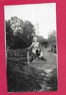 Ancienne PHOTO 10,5 X 6 Cm ..FEMME Sur Un Pont, PIN UP - Pin-up