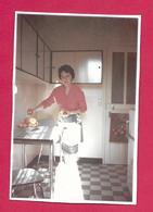 Ancienne PHOTO 11,5 X 8 Cm ..FEMME Dans Sa CUISINE, POMMES, PIN UP - Pin-up