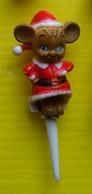 Fève - Pique à Gateau En Plastique - Une Petite Souris En Habit De Père Noel - Characters