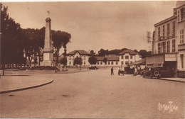 CPA 17 ROCHEFORT SUR MER Le Monument Aux Morts Et Le Groupe Scolaire Emile Zola - Rochefort