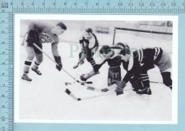 East Angus Quebec -Pratique De Hockey, M. Paul Paquin Arborant Le Chandail Des Canadien De Montreal, Comme Candidat-CPM - Sports D'hiver