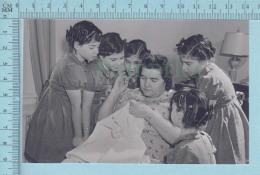 """Les Quintuplées Dionne # 5 -  CPM """" Jumelles Dionne""""  Né En 1934, Regardant Leur Mere Coudre, Ont, Canada - Non Classés"""