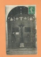CPA Abîmée -  Les Vosges - Plombières Les Bains -Sous Les Arcades , Sources Du Crucifix - Plombieres Les Bains