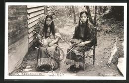 AK Cherokee, NC, Basket Makers, Korbflechterinnen In Traditioneller Kleidung - Indianer
