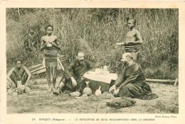 MADAGASCAR LA RENCONTRE DE DEUX MISSIONNAIRES DANS LA BROUSSE - Madagaskar