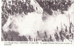 Le Monde Vécu Carte Numérotée 54 Gdansk 31 Aout 1982 Le Peuple Polonais Fuit Devant La Police De Jaruselski - Geschiedenis