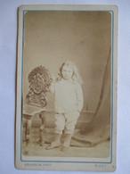 Photographie Ancienne CDV - Second Empire - Garçonnet Accoudé à Une Chaise - Photo L. Bourgoin, Niort    BE - Photographs