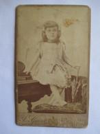Photographie Ancienne CDV - Fillette Assise Sur Piano Et Ombrelle - Photo J. Geiser, ALGER - Voir Annonce - Photographs