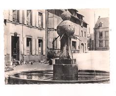 LATOUR D'AUVERGNE   Place De L'Hôtel De Ville. FONTAINE -  Edit. Du Moulin Sartrouville - 4 - - Otros Municipios