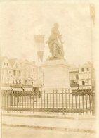 PHoto D'une Place à Beauvais Avec Le Monument Jeanne Hachette Drapeau De Nombreuses Enseignes - Places
