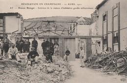 1911 - REVOLUTION EN CHAMPAGNE - A AY - LA MAISON DE CHAMPAGNE BISINGER - INTERIEUR DE LA MAISON D'HABITATION GARDEE MIL - Manifestazioni