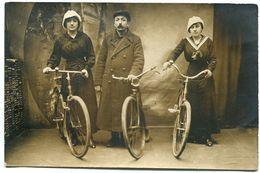 Jolie Photo Carte Gros Plan Vélo Bicyclette ( 3 ) Homme En Capote / Manteau Jeunes Femmes Coiffe Col Marin - Photographie