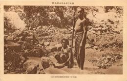 MADAGASCAR  CHERCHEURS D'OR - Madagascar