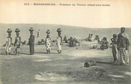 MADAGASCAR  FEMMES DE TULEAR ALLANT AUX FRUITS - Madagaskar