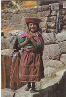 PERU  Nina Typica Cuzquena En Las Ruines De Tampu Machay - Pérou