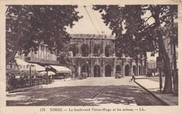 Nimes, Le Boulevard Victor Hugo Et Les Arènes (pk53107) - Nîmes