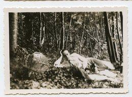 Jeune Homme Gay Resting Allongé Elegance Pique Nique Sieste  Romance Beautiful Young Man  Bois Forêt Wood - Personnes Anonymes