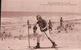 Marie MARVINGT Fait Un Essai De Ses Skis Métalliques Dans Les Dunes Marocaines - Autres Communes