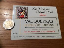 Etiquette Vin «CÔTES-DU-RHÔNES - Rosé - Les Vins Du Troubadour - CAVES DES VIGNERONS - VACQUEYRAS (84)» (musique) - Côtes Du Rhône