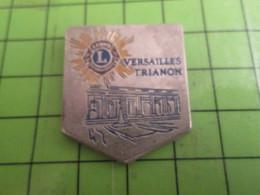 1615A Pin's Pins /  Rare & De Belle Qualité : THEME ASSOCIATION / LION'S CLUB TRIANON VERSAILLES - Associations