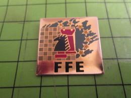 1515A Pin's Pins /  Rare & De Belle Qualité : THEME JEUX / FFE FEDERATION FRANCAISE D'ECHECS CAVALIER TOUR ECHIQUIER - Games