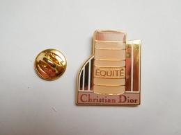 Superbe Pin's , Parfum Christian Dior , Equité , PRODUIT ORIGINAL , Ce N'est Pas Une Contrefaçon , Signé Decat - Perfume